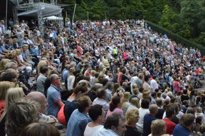 Crowd-at-Caprera